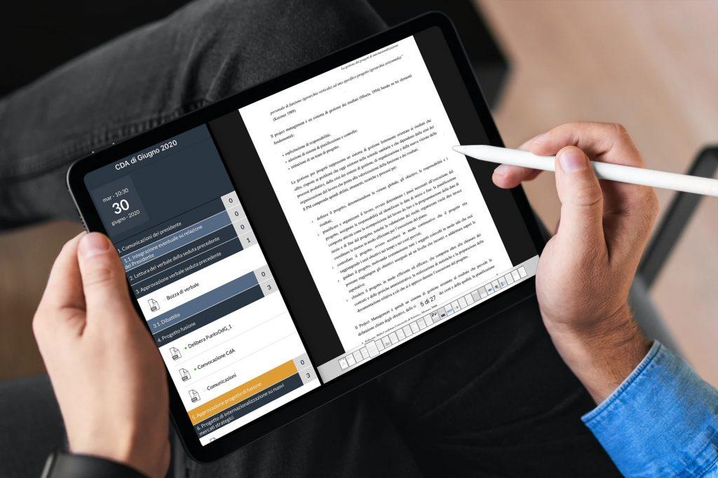 Un consigliere controlla i documenti prima del CdA con CDA ON BOARD. La tecnologia aiuta e fa lavorare meglio.